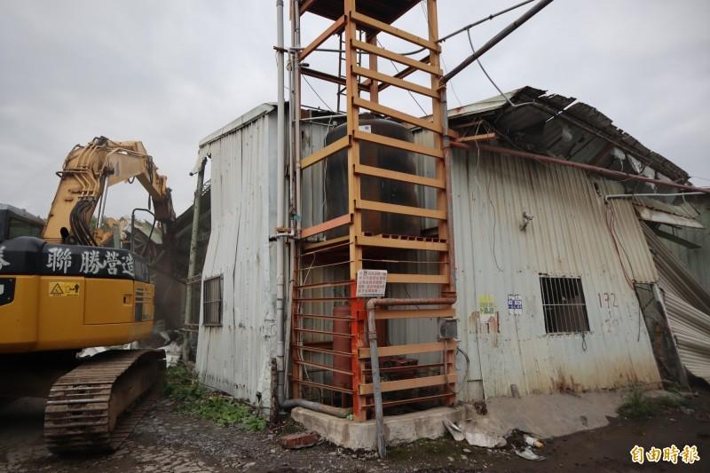 新北市拆除大隊今年前往五股區更寮段拆除佔地200平方公尺的空廠房。(記者周湘芸攝)