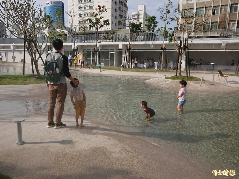 台南「河樂廣場」親子湖畔戲水。(記者洪瑞琴攝)