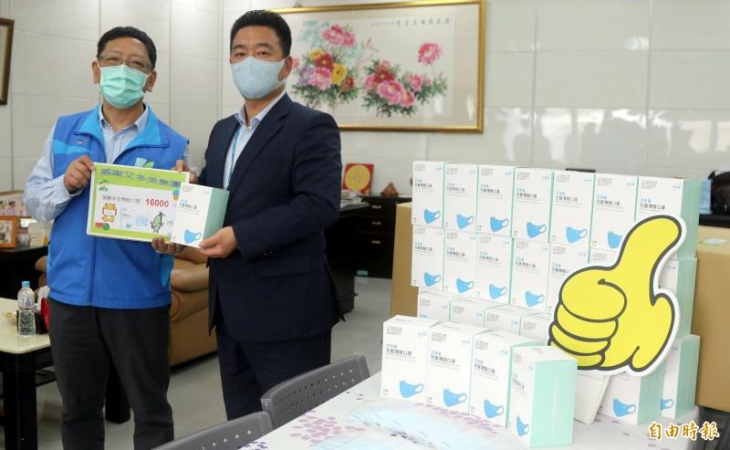 教育局長吳榕峯(左1)代表接受艾多美董事長具多謨捐贈。(記者黃旭磊攝)