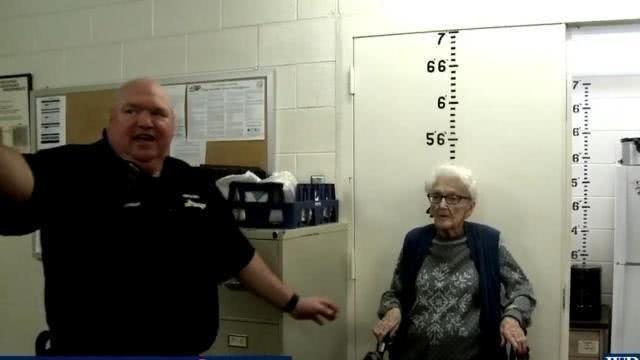 為了完成美國百歲老太太露絲的「坐牢」願望,當地警察逼真演出。(圖擷取自網路)