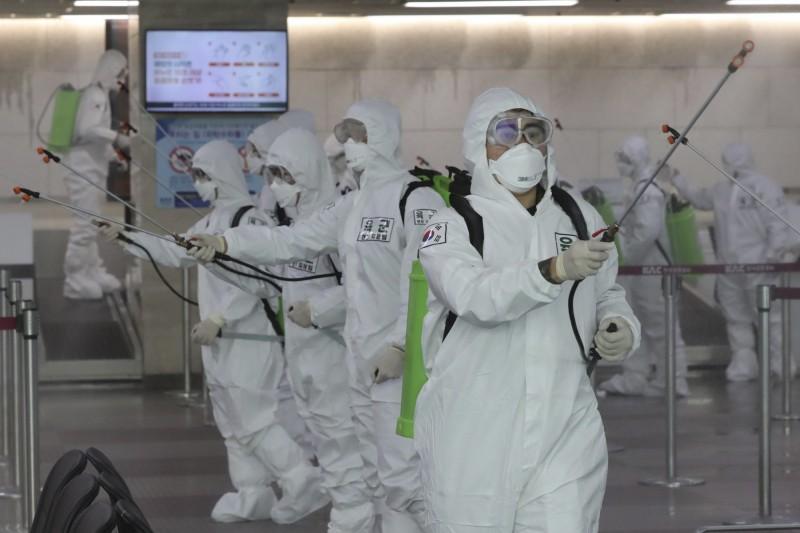 中國武漢肺炎疫情在南韓大爆發,繼今日早上新增196例後,南韓下午再公布新增309例確診,目前全國確診人數達到6593人,死亡43人。(美聯社)