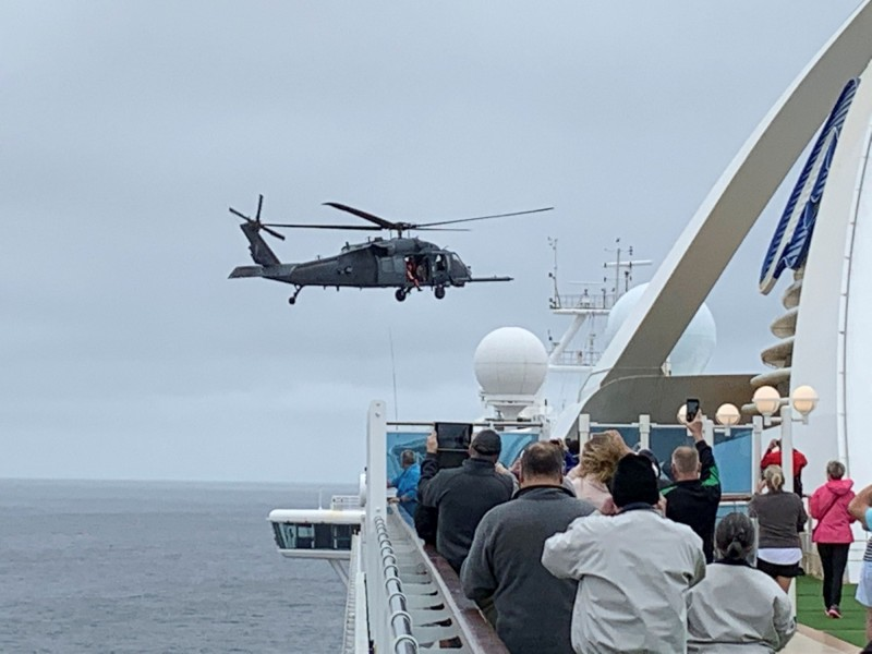 郵輪至尊公主號3500人滯留在美國舊金山外海,當局使用直升機將檢測武漢肺炎的試劑盒運到船上。(路透)