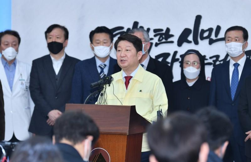 韓國大邱市長權泳臻今(6日)拒絕新天地耶穌教會的100億韓元(約新台幣2.5億元)捐款。(歐新社)