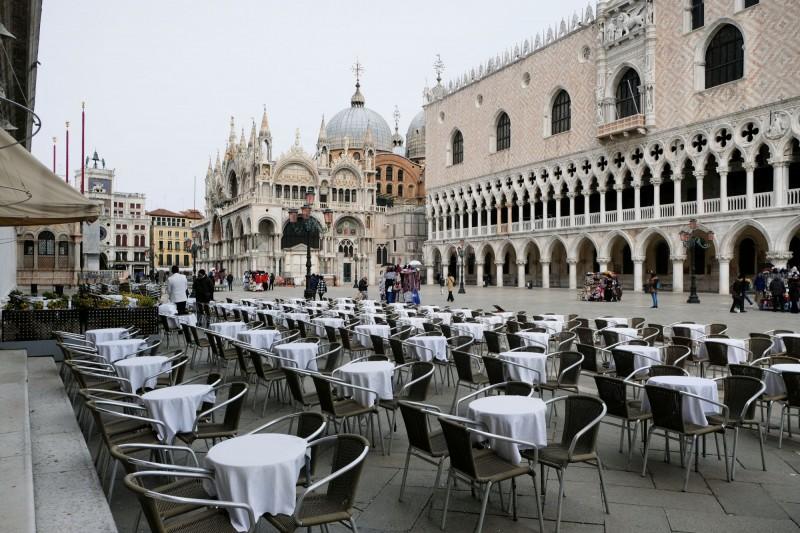 義大利過去24小時武漢肺炎死亡人數增加41例,達到148例,單日新增死亡人數創疫情爆發以來最多。圖為一家餐館外面空蕩蕩畫面。(路透)