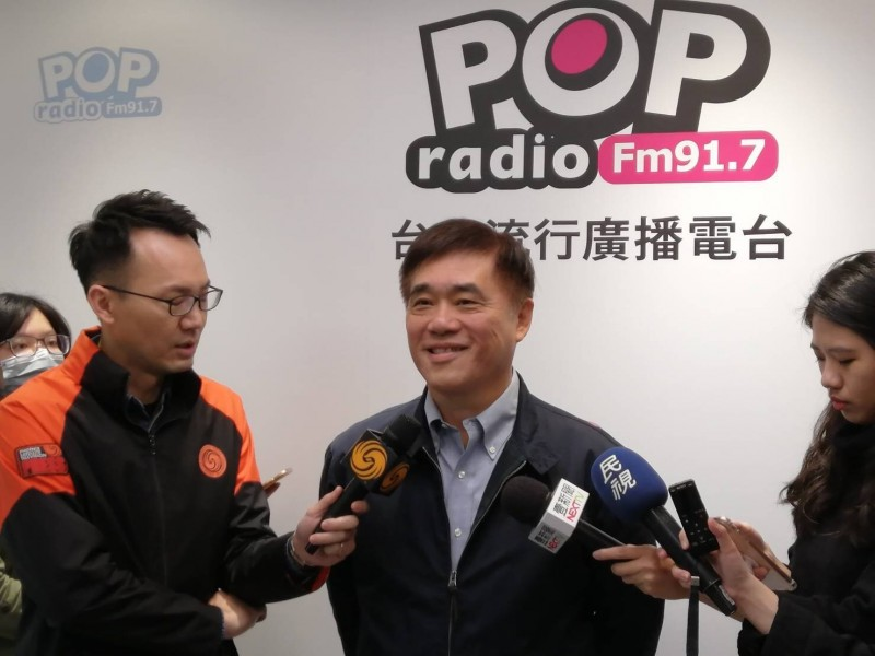 國民黨主席補選候選人郝龍斌上廣播節目專訪時質疑,即便現在有疫情,也不應該停止酒駕取締。(照片由郝龍斌辦公室提供)