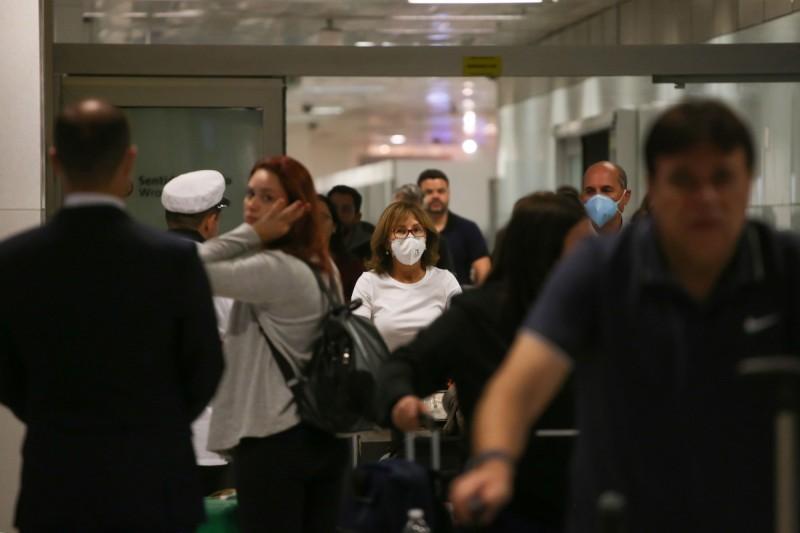 巴西確診病例增至8例,且出現首宗本土病例。圖為抵達里約熱內盧機場的旅客。(路透)