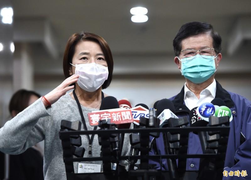 台北市副市長黃珊珊(左)提醒清明祭祖掃墓防疫注意事項,呼籲多多利用網路追思。(記者方賓照攝)