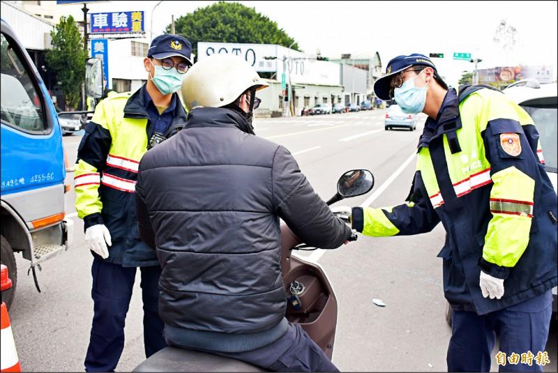 盧秀燕昨天上午宣示酒測沒有防疫假期,市警局下午響應配合宣示,實施擴大酒測臨檢。(記者張瑞楨攝)