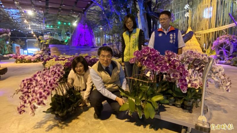 台南市長黃偉哲今天到蘭展會場巡視撤展送花情形,也幫忙搬花。(記者楊金城攝)