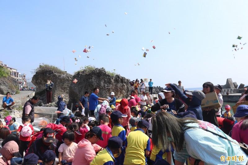 琉球國小購買12艘獨木舟,重現新船下水的「擲吉」儀式,非常熱鬧。(記者陳彥廷攝)