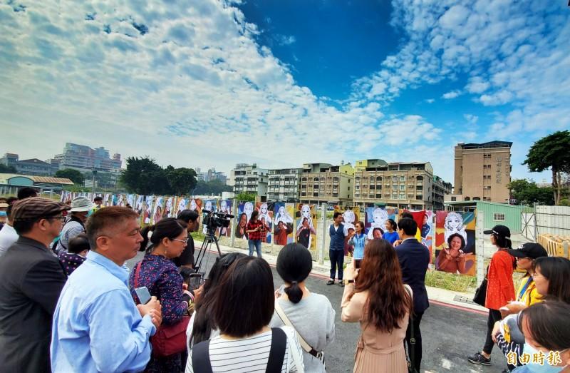 這項別開生面的跨界少女心影像展,就在中華橫路與力行路口,展出到三月二十日。(記者張忠義攝)