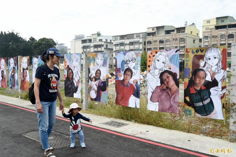 明天是38 國際婦女節,國中少女張裴倢執畫筆,與插畫家馬里斯的詮釋,讓所有參與此項藝術計畫的女性朋友們開心喚回隱藏已久的少女魂。   (記者張忠義攝)