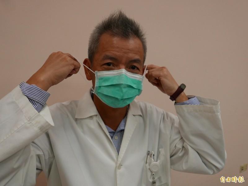 醫師陳伯彥指出,在外必要時要戴口罩,回家後脫掉外衣,再脫下口罩。(記者蔡淑媛攝)