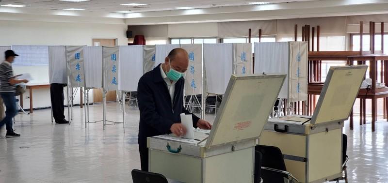 國民黨主席今天補選,高雄市長韓國瑜前往投票。(記者葛祐豪翻攝)