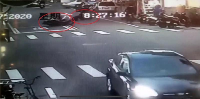 跨越雙黃線的機車,和直行機車對撞,騎士雙雙車倒人摔受傷。(圖由讀者李佽霖提供)