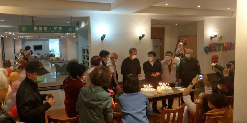 隔離者和醫護、工作人員、衛服部長陳時中圍著擺有蛋糕的桌面,一同為壽星慶生。(翻攝王必勝臉書)