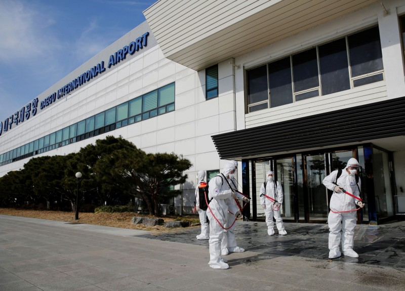 韓國大邱一處專供35歲以下未婚女性居住的社會住宅,142名住戶裡竟有46人感染武漢肺炎,而這142人當中,竟然有94人是新天地耶穌教會的信徒。圖為大邱的消毒措施。(路透)