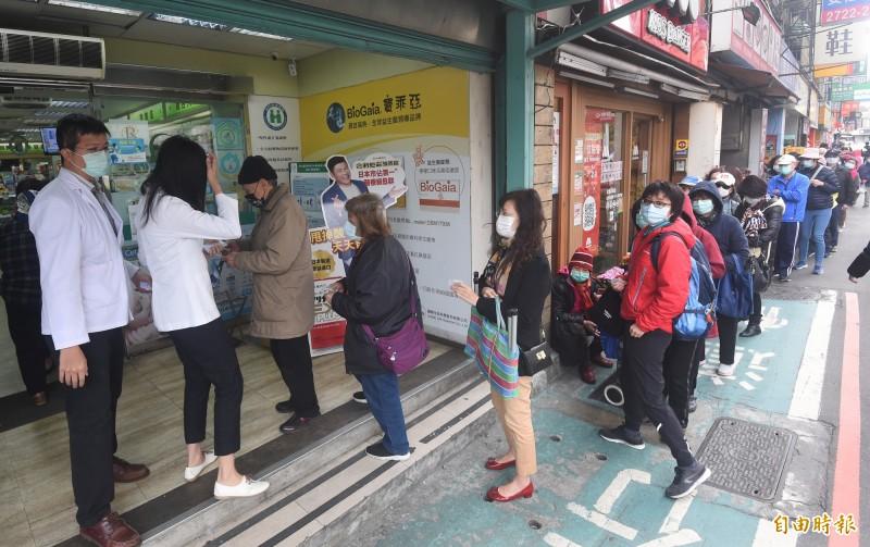 實名制口罩在2月6日正式上路,民眾改由各地藥局購買口罩。(記者廖振輝攝)