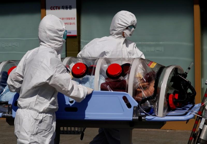 韓國今(7日)出現第47起死亡病例,1名8旬老婦於上午病逝。大邱醫護運送病患示意圖。(路透)