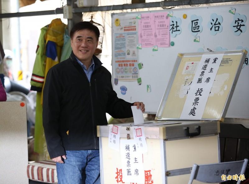 國民黨主席補選參選人郝龍斌投票。(記者王藝菘攝)