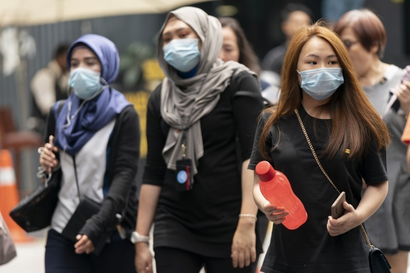 伊朗武漢肺炎病例累計5823、145例死亡。圖為伊朗人民戴著口罩以防止感染。(路透)