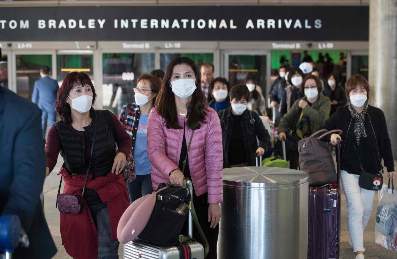 美國洛杉磯國際機場傳出2名檢疫官確診感染武漢肺炎。圖為抵達洛杉磯機場的旅客。(法新社)