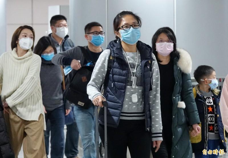 在春節之前,一名在武漢工作的女性台商返台後確診為中國武漢2019新型冠狀病毒肺炎病例,國人已經開始提高警覺,在1月21日時,不少入境旅客戴上口罩做好防護,口罩大戰已悄悄展開序幕。(記者劉信德攝)