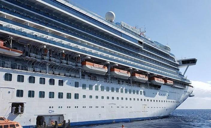 副總統彭斯(Mike Pence)今天表示,停泊在舊金山外海的至尊公主號(The Grand Princess)郵輪,有21人的武漢肺炎檢測結果為陽性。(法新社)