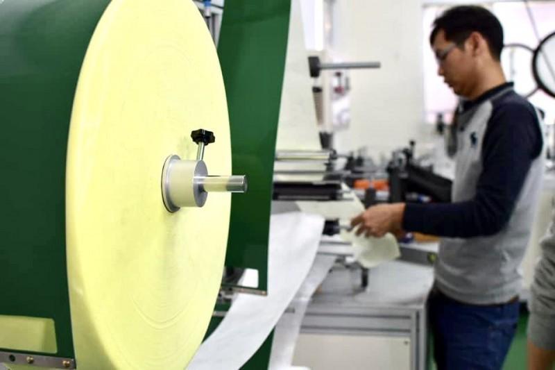 武漢肺炎肆虐,為確保口罩供應,台灣26家工具機廠商相挺組成國家隊,第一批60台口罩機5日晚間9點全數交機,提前在25天內達標。(經濟部提供)