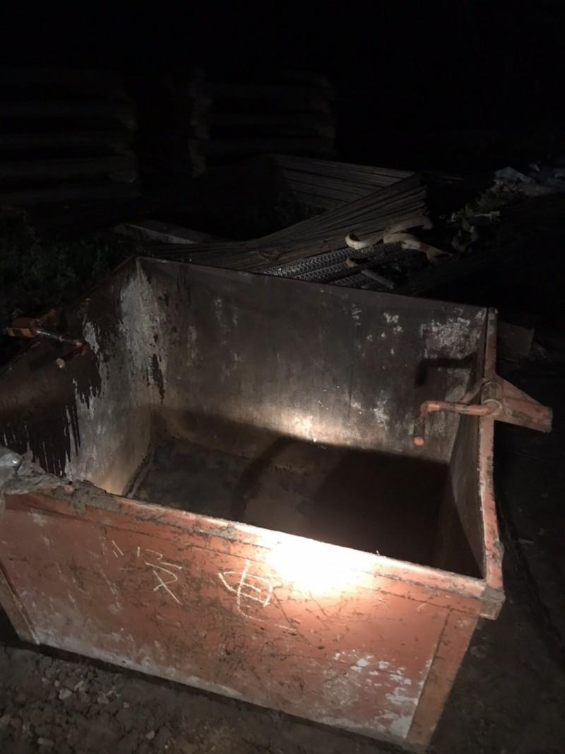 檢警漏夜偵辦台電北埔電塔工程工安意外發現,圖中的鐵桶是用來載施工物料,不能載人,事發時卻搭載了王姓小包等3人,結果3名工人不幸摔落慘死。(讀者提供)