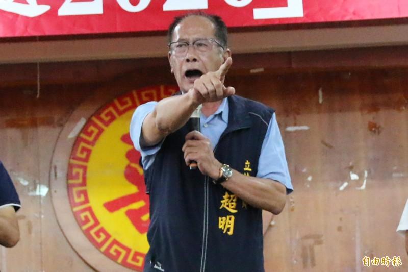 立委陳超明說,本意是要結合社區力量,教導長輩們製作抗菌力強的「口罩套」,落實全民防疫,反嗆「1450」們不要在此節骨眼上挑毛病。(記者鄭名翔攝)