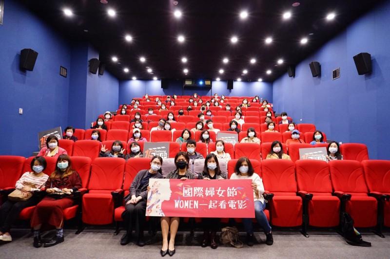 新北市府中十五舉行電影放映活動,觀影者都戴上口罩。(文化局提供)