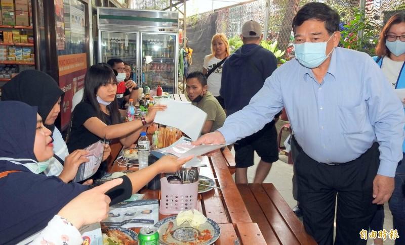 南投縣副縣長陳正昇(右)向外籍移工宣導防疫情形。(記者謝介裕攝)