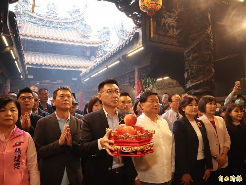 新當選國民黨主席的江啟臣(前排左三)表示,中央將與地方一起合作,找回市民對韓國瑜的支持,讓市政有感,以化解罷韓危機。(記者歐素美攝)