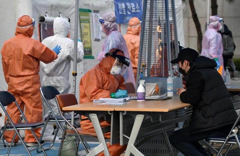 韓國疾病管理本部中央防疫對策本部今(8日)表示,在昨天(7日)下午新增274起武漢肺炎確診病例後,晚上至半夜12時為止又增加93例,目前總計為7134例。圖為韓國首爾的病毒篩檢處。(法新社)