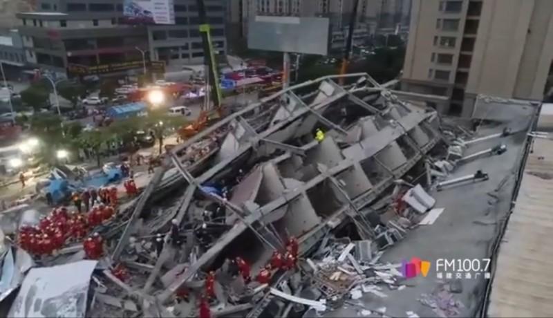 中國福建泉州市欣佳酒店倒塌,截至今日下午4時已救出57人,其中10人死亡。(擷取自福建交通廣播微博)