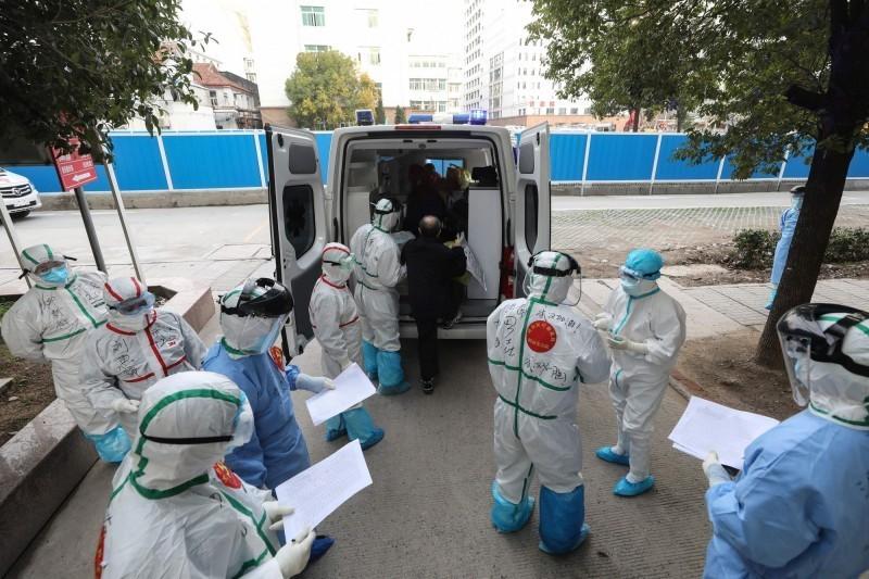 中國國家衛生健康委員會今日發布的疫情統計數再創新低,昨日一整天僅新增確診病例44例。圖為武漢醫務人員正協助載運1名確診患者。(法新社)