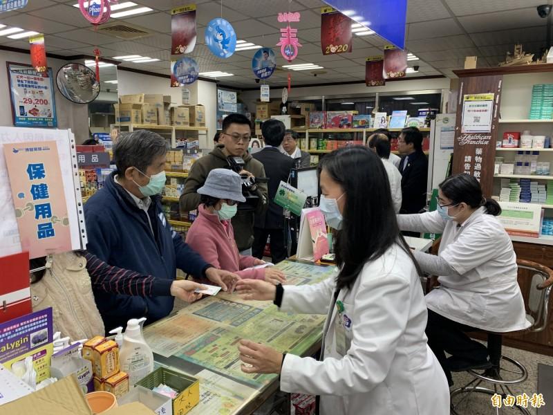 行政院擬推出「口罩實名制2.0」,將每日口罩銷售量在5成以下藥局的配給數量縮減,多餘配額改採網路販售。(資料照)