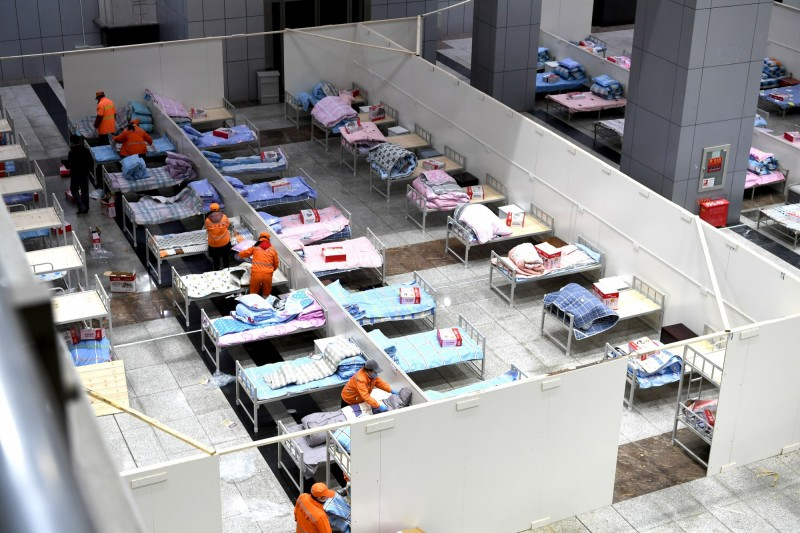 中國官方聲稱,因為輕症人數銳減,武漢市的方艙醫院可望自10日起全部休艙,改為待命。圖為武漢市國際會展中心改建的方艙醫院。(中央社)