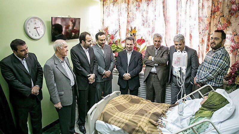 中國微博近期有謠言指出,8名伊朗政要探視罹患武漢肺炎的副總統,居然都沒戴口罩。(圖取自微博)