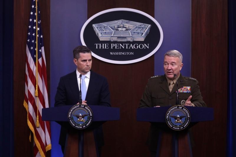 美國國防部發言人霍夫曼(左)宣布,美國海軍陸戰隊1名隊員確診感染武漢肺炎。(法新社)