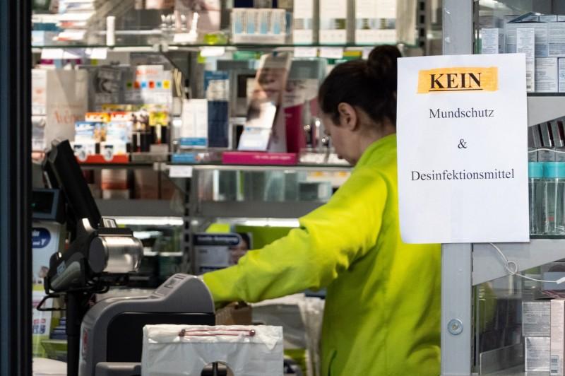 随著疫情升溫,德國發布出口禁令以確保國內的需求。圖為柏林一間藥局張貼告示「口罩及消毒水售罄」。(歐新社)