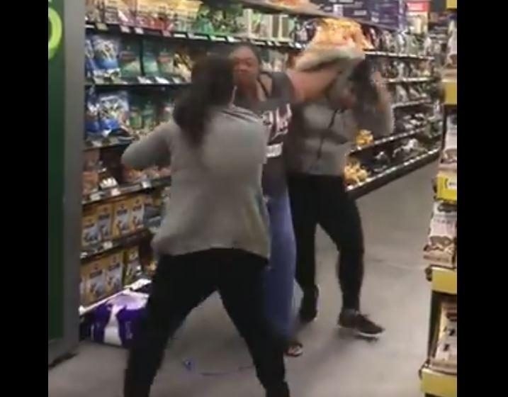 澳洲人瘋搶衛生紙,有壯碩女子(中)為了搶1對母女放在購物推車上的衛生紙,竟直接出手打人。(圖擷自@svsfo推特)