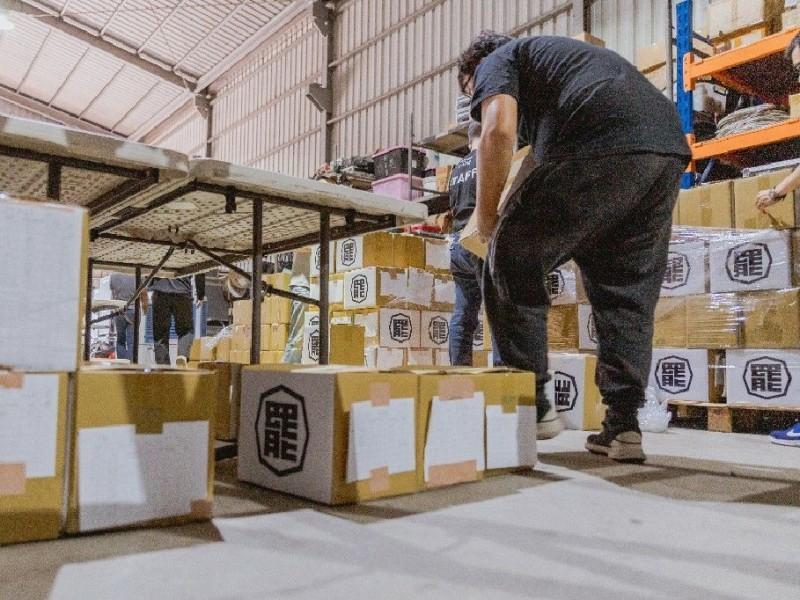 40萬份罷韓連署書堆放在倉庫內。(記者葛祐豪翻攝)