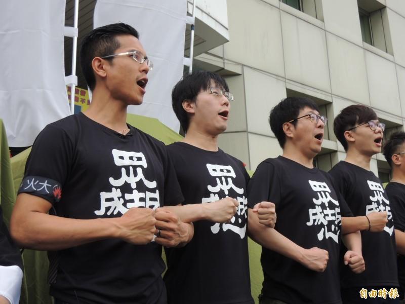 公民割草行動發言人李佾潔(左一)。(記者王榮祥攝)