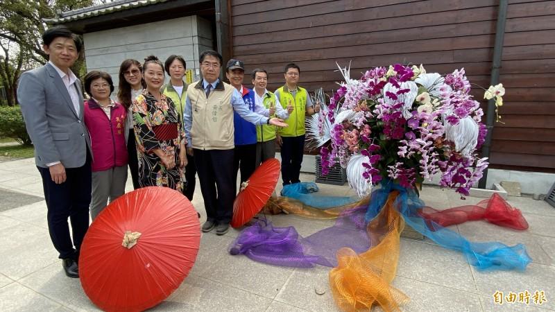 麻豆總爺藝文中心將約3000株蘭花以「燦」為主題佈展,象徵園區春意盎然的氣氛,市長黃偉哲(前左四)來賞花。(記者楊金城攝)