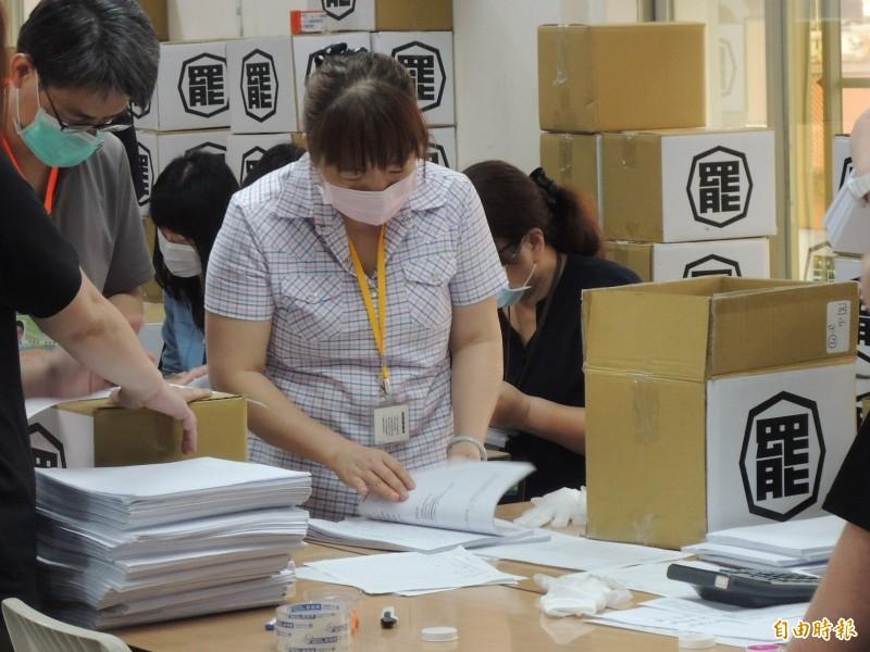 高市選委會工作人員辛苦清點四十萬份連署書。(記者王榮祥攝)
