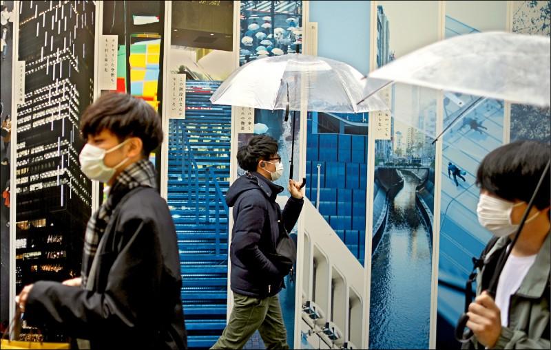 日本出現首例男性患者確診武漢肺炎併發腦膜炎,目前正在加護病房中治療。圖為日本街頭民眾戴起口罩防疫。(路透)