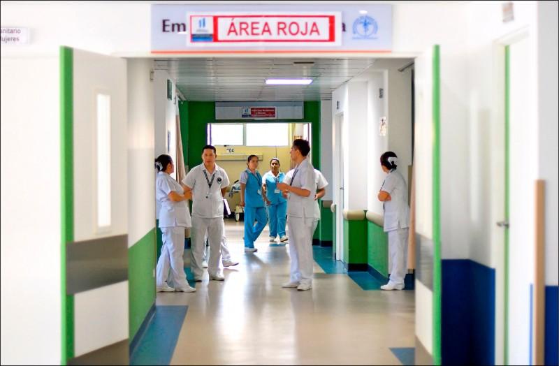 香港大學微生物學系教授袁國勇研判,疫情不會在今年結束。(法新社)