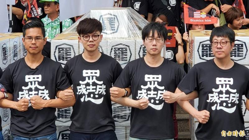 40萬份包裹在遮羞布下的罷韓連署書,今上午由罷韓團體正式送交高市選委會。(記者張忠義攝)
